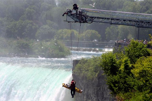 Man jumps over Niagara Falls and survives