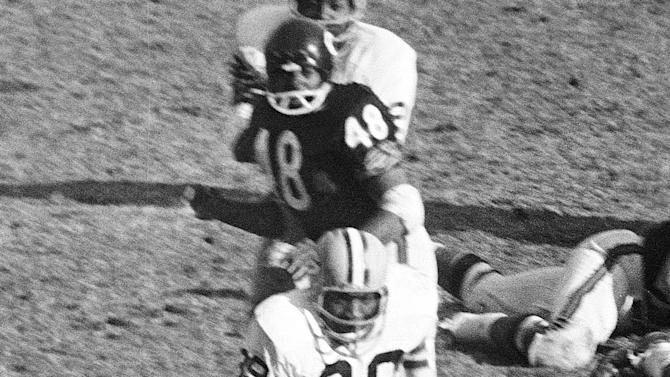 FILE - In this Nov. 27, 1967, file photo, Green Bay Packers Dave Robinson (89) chases Chicago Bears' Gale Sayers (40) during an NFL football game in Chicago. Robinson was selected to the Pro Football Hall of Fame on Saturday, Feb. 2, 2013. (AP Photo/Larry Stoddard, File)