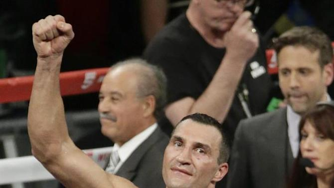 JSX22. New York (United States), 26/04/2015.- Wladimir Klitschko of the Ukraine celebrates his unanimous decision win over Bryant Jennings of the United States with the crowd at the conclusion of their Heavyweight World Championship title bout at Madison Square Garden in New York, New York USA, 25 April 2015. (Ucrania, Estados Unidos) EFE/EPA/JASON SZENES