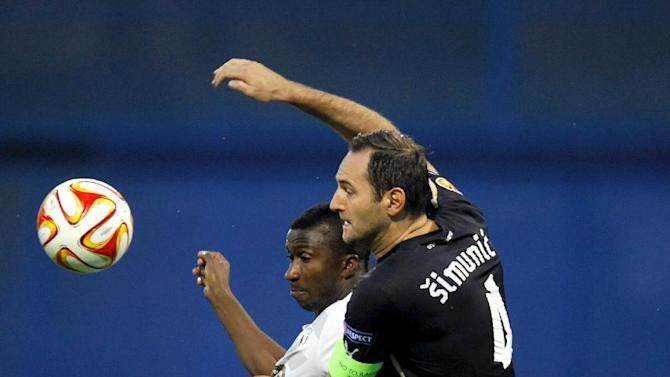 Astra Giurgiu forward Kehinde Fatai (L) fights with Dinamo Zagreb defender Josip Simunic on September 18, 2014 during a UEFA Europa League match in Zagreb