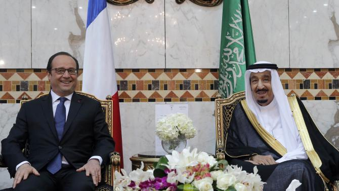French President Francois Hollande poses with Saudi Arabia's King Salman before a dinner at the Royal Palace in Riyadh