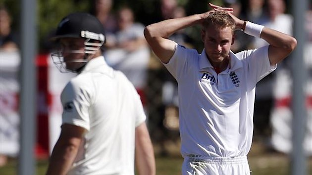 Stuart Broad (R) reacts after a team-mate dropped a catch from New Zealand's Hamish Rutherford (L) during the second day of their first test at the University Oval in Dunedin March 7, 2013 (Reuters)