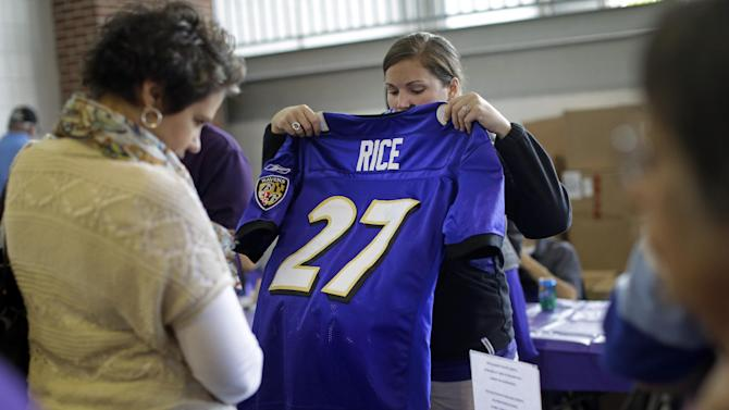 Estimated 7,000 fans trade in Ray Rice jerseys