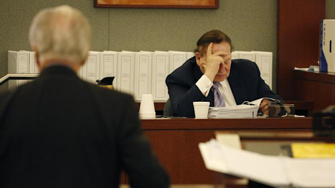 Las Vegas Sands Corp. Chairman and CEO Sheldon Adelson, right, testifies in court Monday, May 4, 2015, in Las Vegas. Steven Jacobs, former Sands Macau resort chief, is suing Sands China and Las Vegas Sands Corp. over a wrongful termination case. (AP Photo/John Locher)