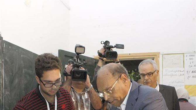 MOH41. Tunis (Tunisia), 26/10/2014.- Tunisian President Moncef Marzouki, votes at a polling station during the parliamentary elections, in Sousse south of Tunis, Tunisia, 26 October 2014. Tunisians vote in the parliamentary elections that is a major step in the North African country's democratic transition following the 2011 ouster of longtime autocrat Zine Abidine Ben Ali. Tunisian authorities have stepped up security in the run-up to the vote for fear of attacks by Islamist militants. (Elecciones) EFE/EPA/STR
