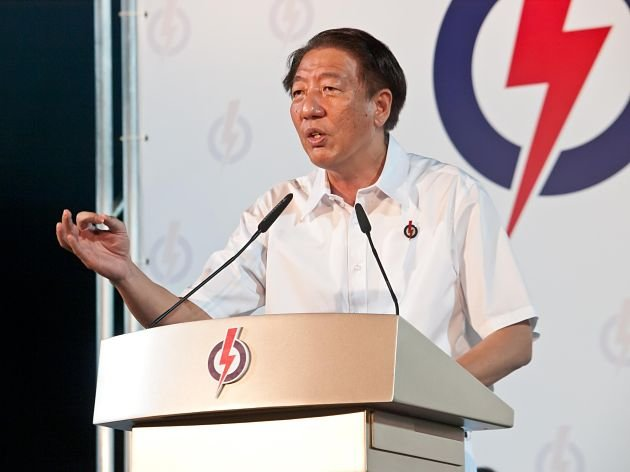 DPM Teo Chee Hean gives his speech on the podium. (Yahoo! Singapore/ Alvin Ho)