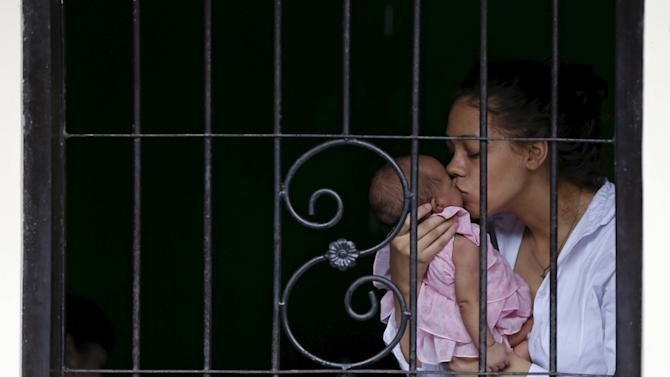 Heather Mack kisses her baby inside a holding cell before appearing in a Denpasar court in Bali