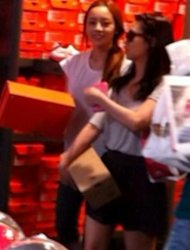 Goo Hara & Han Seung-yeon shopping in Japan