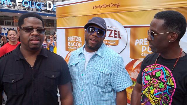 Boyz II Men sings favorite karaoke song in Times Square