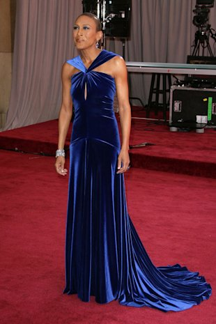 PHOTO: GMA's Robin Roberts Wows As She Walks Oscars 2013 Red Carpet