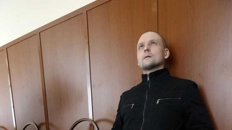 Opposition leader Udaltsov waits before attending court hearing in Moscow