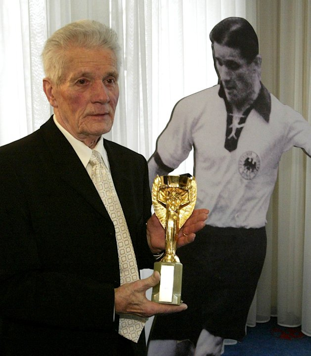 2 Germans who played on World Cup winners die