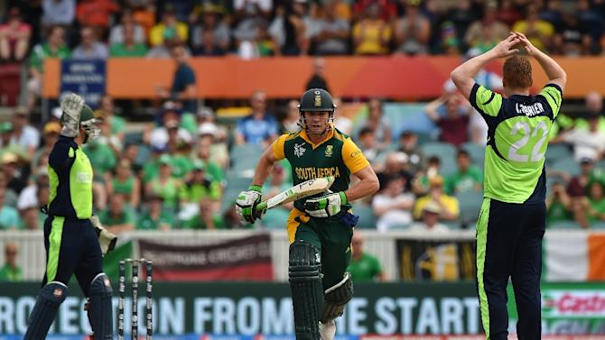 South Africa's AB de Villiers (C) runs after hitting a ball off Ireland's Kevin O'Brien (R) during their Cricket World Cup match in Canberra on March 3, 2015