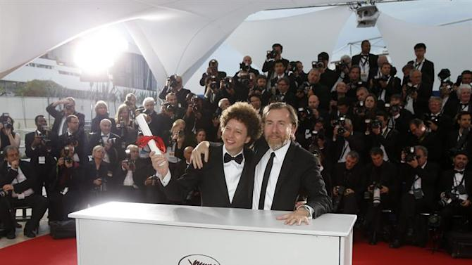 . Cannes (France), 24/05/2015.- Mexican director Michel Franco (L) poses with British actor Tim Roth (R) after he received the Best Screenplay award for 'Chronic' during the Award Winners photocall at the 68th annual Cannes Film Festival in Cannes, France, 24 May 2015. (Cine, Francia) EFE/EPA/GUILLAUME HORCAJUELO