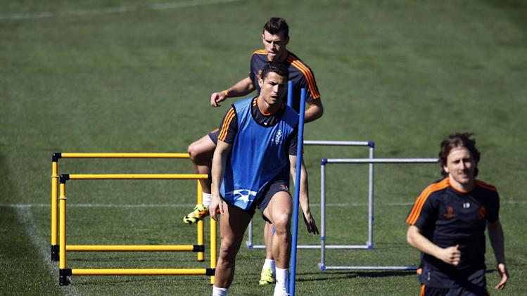 Real's Cristiano Ronaldo, centre front, and Gareth Bale, back, exercise during a training session prior to the Champions League second leg knock out soccer match between FC Schalke 04 and Real Madrid in Madrid, Spain, Monday, March. 17, 2014. (AP Photo)