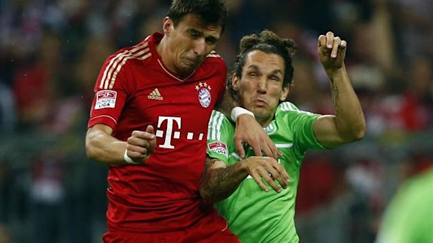 Bayern Munich&#39;s Mario Mandzukic (L) challenges VfL Wolfsburg&#39;s Emanuel Pogatetz (Reuters)