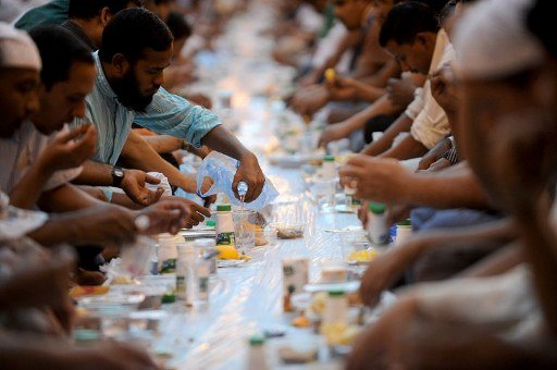 Foreign workers break their fast outside the Imam Turki bin Abdullah mosque in the Saudi capital Riyadh during Islam&#39;s holy month of Ramadan on August 7, 2012.      TOPSHOTS/AFP PHOTO/FAYEZ NURELDINE