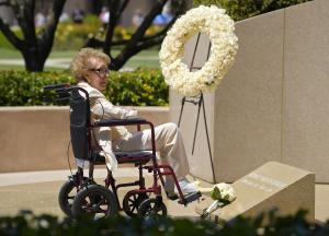 Former first lady Nancy Reagan visits the grave site …