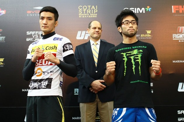 Kyung-Ho Kang of South Korea (left) and Shunichi Shimizu of Japan square off at UFC media day on Thursday at MBS. (Yahoo Photo / Cheryl Tay)