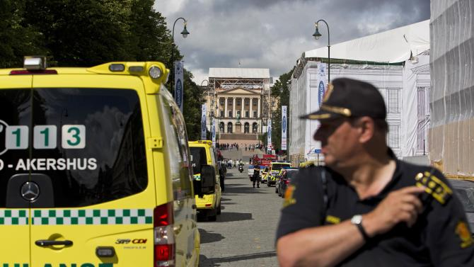 Police block off the area around the castle in Oslo, Norway after U.S. Embassy security staff found a suspicious object beneath a nearby automobile outside the American Embassy Tuesday July 31, 2012. Norwegian police said the embassy and the surrounding area, including the royal palace, were cleared of people in the heart of Norway's capital, and that a bomb squad with sniffer dogs was dispatched there.  (AP Photo/Fredrik Varfjell/NTB scanpix)   NORWAY OUT