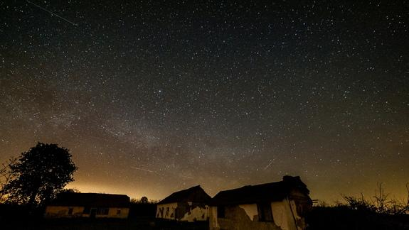 Lyrid Meteor Shower's Peak Captured in Stunning Photos