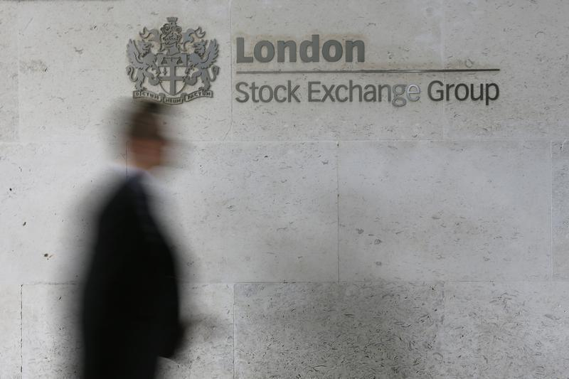 FTSE falls, with oil and gas stocks a drag