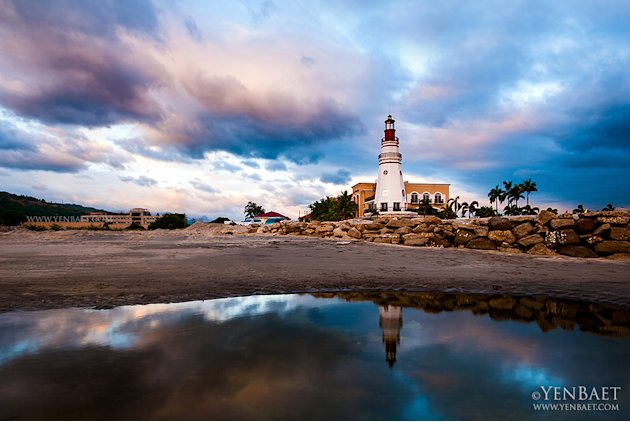 A lighthouse on the beach in Subic Bay, a former U.S. naval base. Its barracks and officers' quarters have been converted to hotels and restaurants.(Yen Baet)