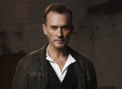 Arrow Cast Clock King Robert Knepper
