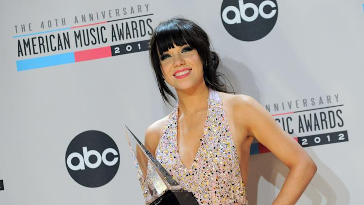 Carly Rae Jepsen poses backstage with the Old Navy new artist of the year award at the 40th Anniversary American Music Awards on Sunday, Nov. 18, 2012, in Los Angeles. (Photo by Jordan Strauss/Invision/AP)