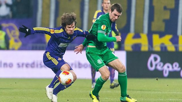 Maribor's Damjan Bohar (L) vies with James McArthur of Wigan Athletic