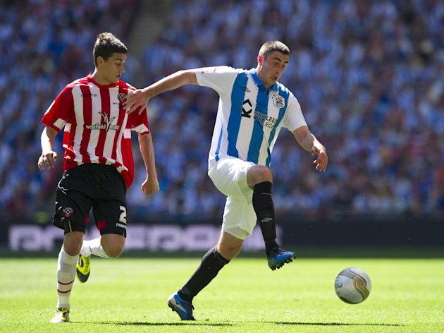 Sheffield United's Matt Lowton (L) vies