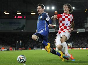 Argentina striker Lionel Messi (L) vies with Croatia …
