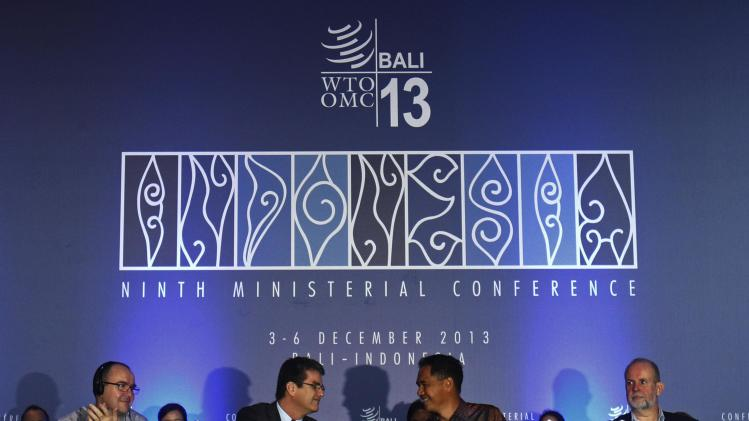 Director-General Azevedo shake hands with Conference Chairman Wirjawan as they declare the closing of the ninth WTO Ministerial Conference in Nusa Dua