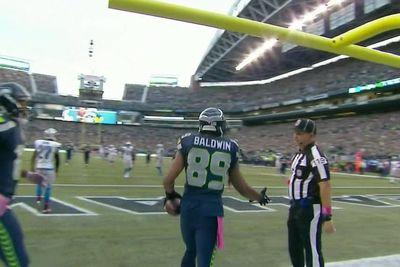 Doug Baldwin scores touchdown, gets left hanging by referee