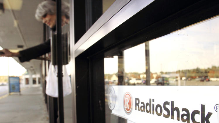 RadioShack 2Q loss widens, CFO leaves
