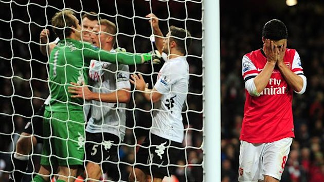 Arsenal&#39;s Mikel Arteta (right) holds his head in his hands after having a last-minute penalty saved by Fulham goalkeeper Mark Schwarzer (left) who celebrates with team-mates