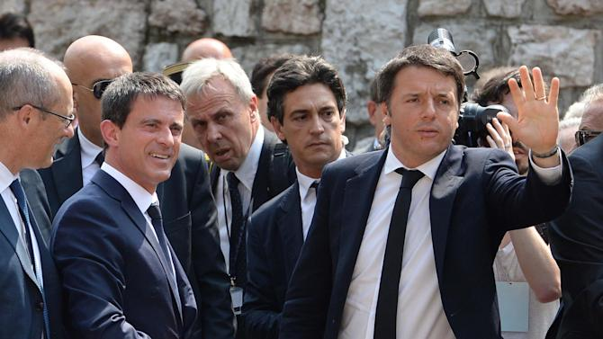 """Italian Prime Minister Matteo Renzi, right, meets with French Prime Minister Manuel Valls prior prior to the start of the the """"Economy Festival"""" in Trento, Italy, Saturday, May 30, 2015. (Dino Panato/ANSA via AP) ITALY OUT"""