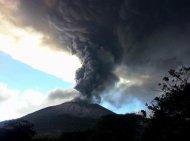 Vista del volcán Chaparrastique despidiendo humo y cenizas en San Miguel, 140 km al este de San Salvador, El Salvador, el 29 de diciembre de 2013. (TELENOTICIAS 21/AFP | Héctor Garay)
