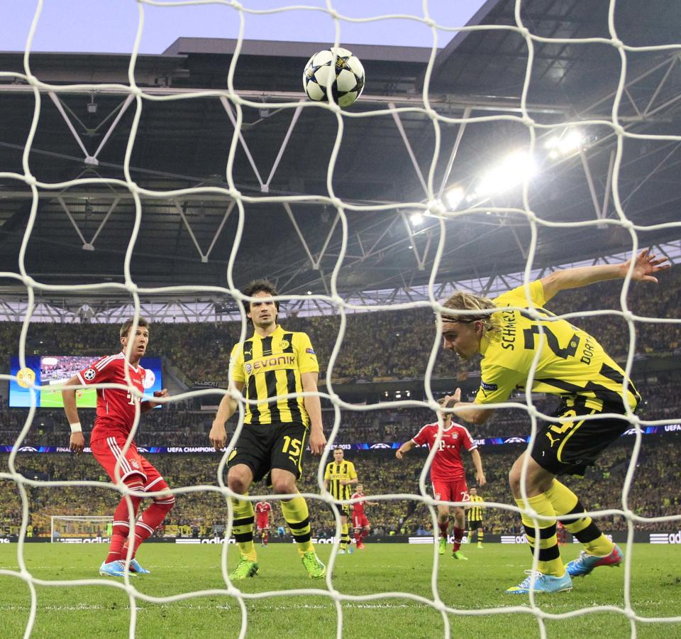 Bayern's Mario Mandzukic of Croatia, left, scores during the Champions League Final  soccer match between Borussia Dortmund and Bayern Munich at Wembley Stadium in London. Saturday, May, 25, 2013. (AP Photo/Matt Dunham)
