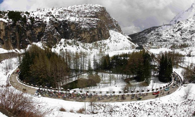 The peloton climbs during the 15th stage of the Giro d'Italia, from Cesana to Col du Galibier