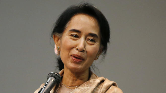 Suu Kyi meets with people from Myanmar in Japan