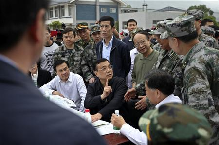 China's Premier Li Keqiang (C) visits after a strong earthquake hits Lushan county, Ya'an, Sichuan province, April 20, 2013. REUTERS/Stringer