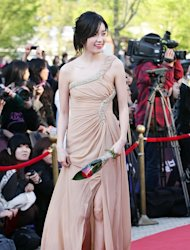 Han Hyojoo draws people's attention with nude-tone dress