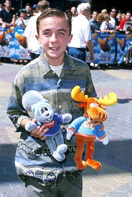 Premiere: Frankie Muniz loves his Rocky and Bullwinkle cuddle critters at the Universal City premiere of Universal's The Adventures of Rocky and Bullwinkle - 6/24/2000
