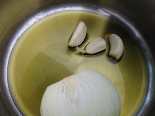 Garlic, olive oil and an onion to cook the rice