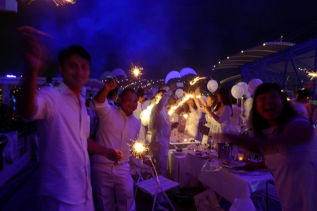 Diners at the Diner en Blanc brought Asian delights to the posh pop-up picnic. (Yahoo! photo)
