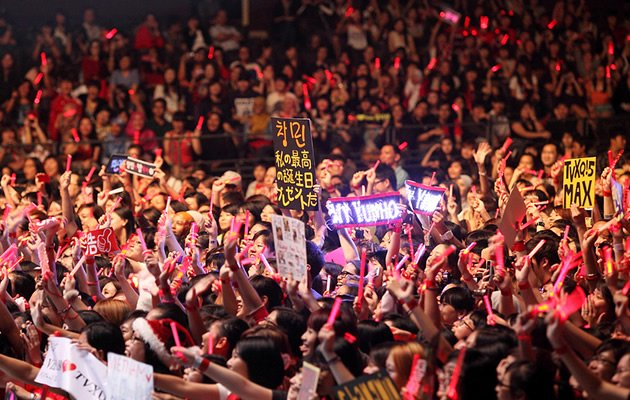 TVXQ fans in Singapore wave their fan boards (Photo courtesy of mykplayground)