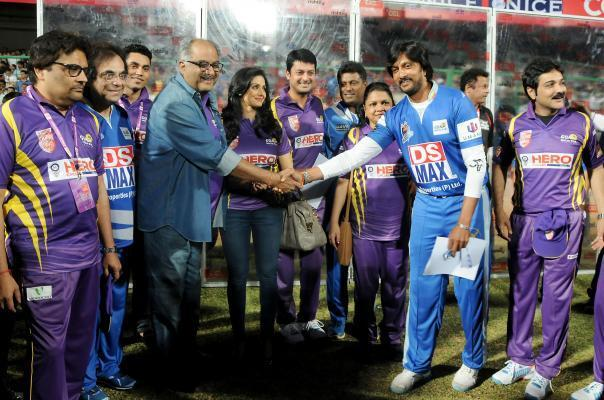 Film producer Boney Kapoor and his wife actress Sridevi with Karnataka Bulldozers skipper Sudeep, Bengal Tigers skipper Jisshu Sengupta and actor Prasenjit Chatterjee during a Celebrity Cricket League