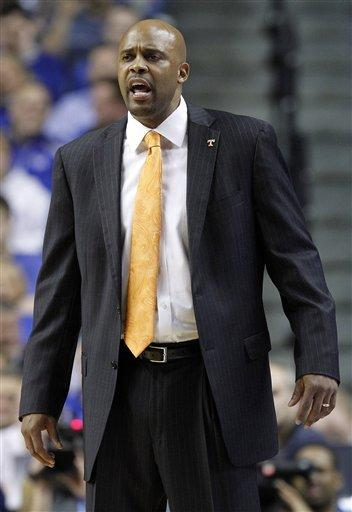Davis strong, No. 1 Kentucky tops Tennessee 69-44