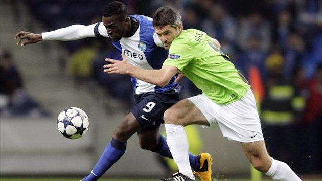 2013Porto's Jackson Martinez (L) battles for the ball with Malaga's Jeremy Toulalan during their Champions League soccer match in Porto, February 19, 2013